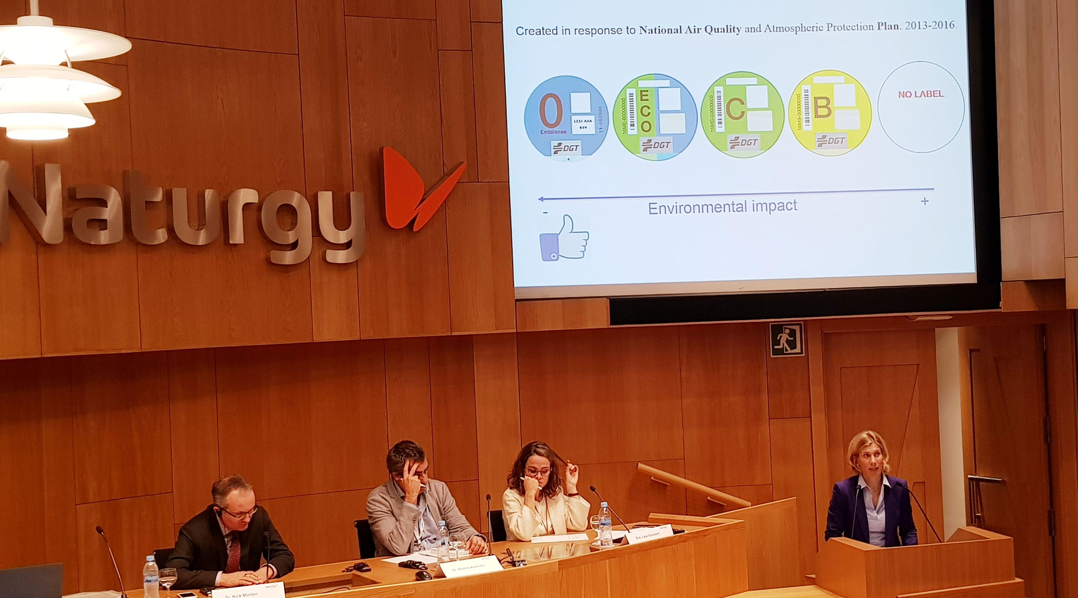 Las etiquetas de la DGT vuelan en Madrid: Correos vende 10.000 en unas horas