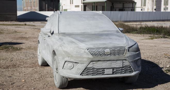 Un Seat Arona esculpido con 15.000 kilos de cemento