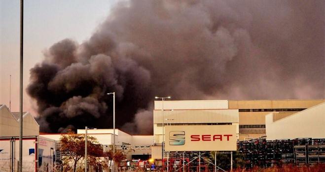 Incendio en Seat en pleno conflicto con los bomberos